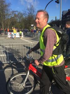 Lars under Hamburg Marathon 2016, följde med för att hjälpa oss andra under loppet. Det är kärlek