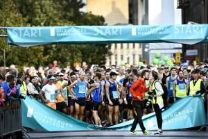 Ett fantastiskt ögonblick förevigat av Stefan Ed inför starten av HBGM 2015. Två egenföretagare i maratonfamiljen önskar varandra lycka till innan starten.