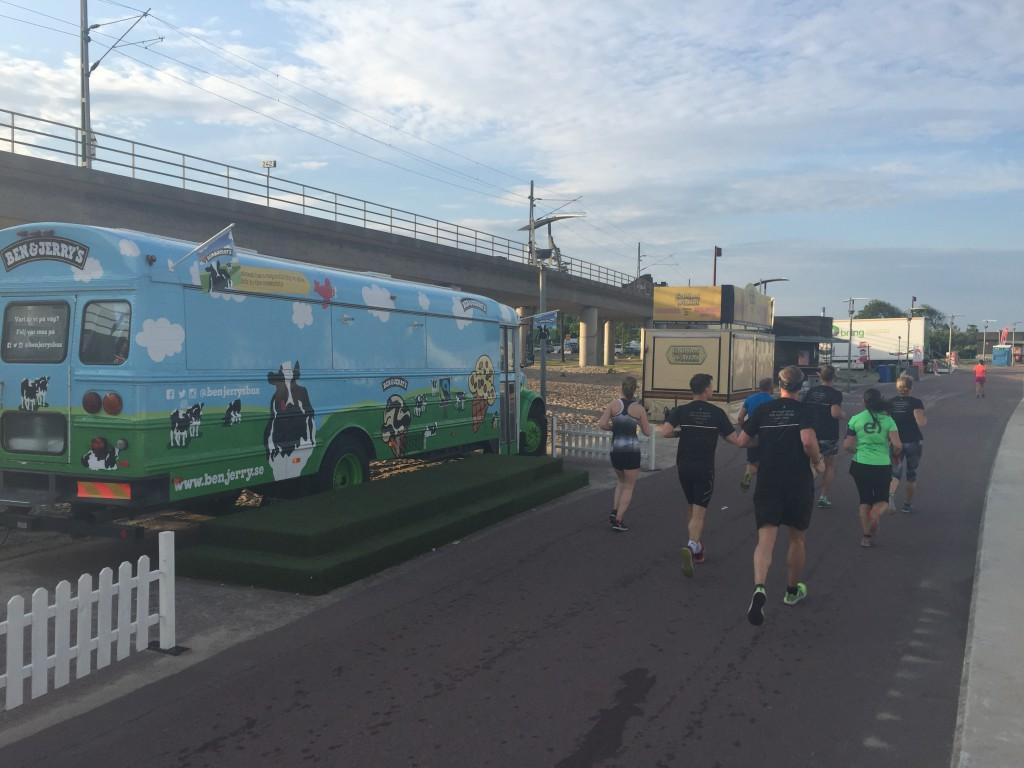 Löparen ser en Ben & Jerrys buss och springer RAKT FÖRBI DEN. Ingen som tycker detta är märkligt?