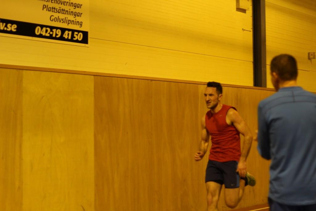 På upploppet på min debut på 3000m och pers 9:51. Jag noterar att jag hade en helt annan kropp då, mer muskler och mer explosivitet. Fotot taget av min syster Sandra Williamsson